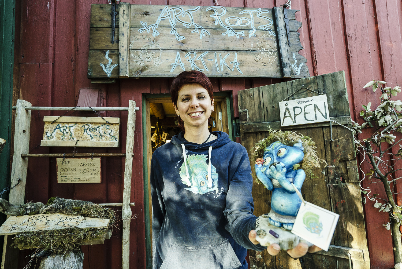 Erika Corrado fra Italia med sine kunsttroll av Tromsø-natur.